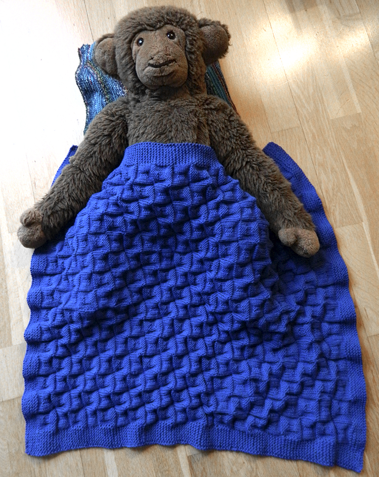 © Die Maschen zum Glück | Babydecke | Bowderwijn trägt Blau